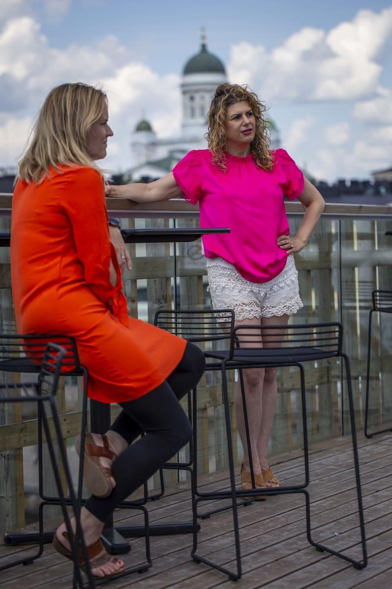 Deborah Berebichez, fysiikan tohtori ja data-analyytikko, Yhdysvallat ja Johanna Huurre, liiketoimintajohtaja, Helsinki Business Hub Altaan terassilla