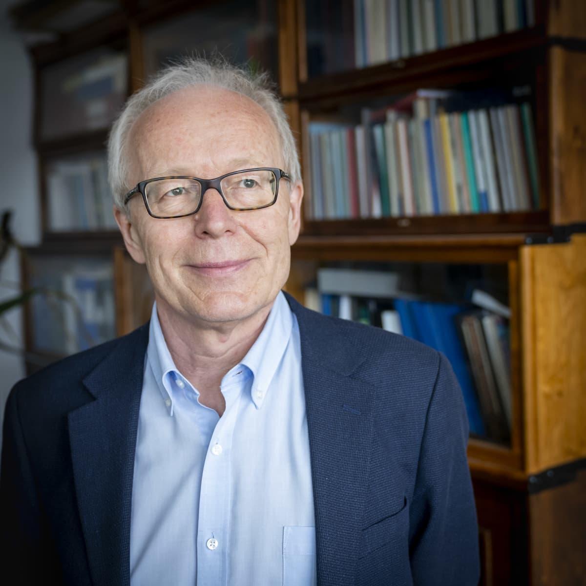 Professori Seppo Meri työhuoneessaan Meilahdessa.
