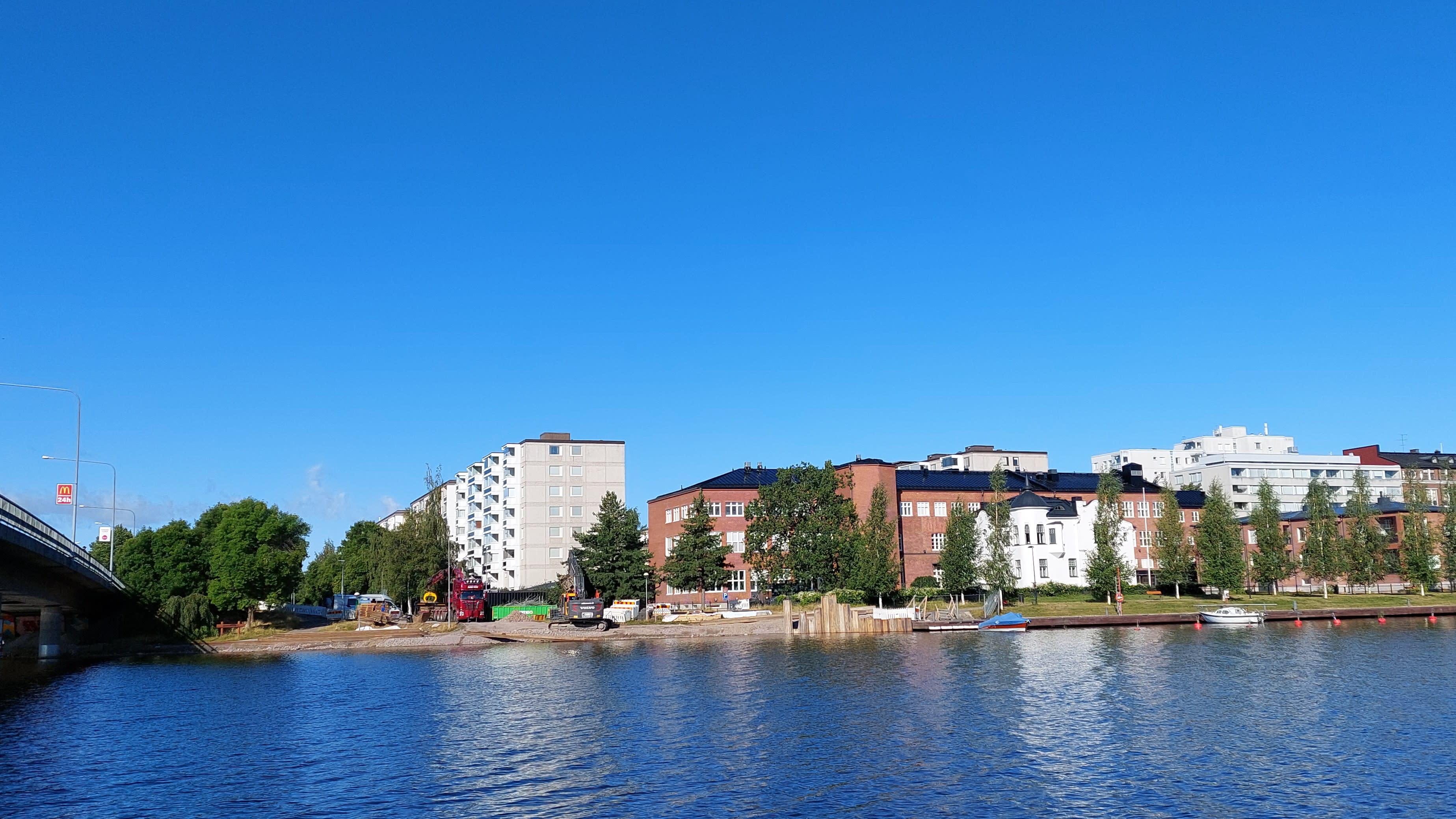 Rantamuuria korjataan Hämeenlinnassa.