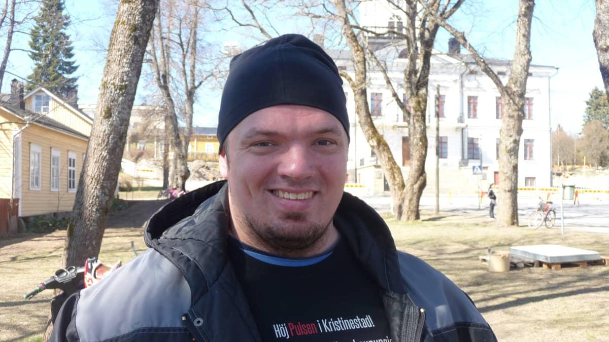 Fredrik Smulter i Rådhusparken i Kristinestad.