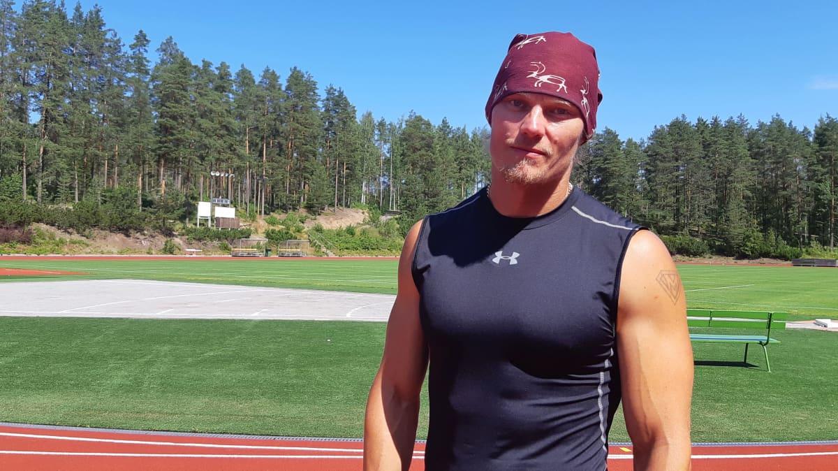 Matti Mononen seisoo yleisurheilukentälllä kesällä.