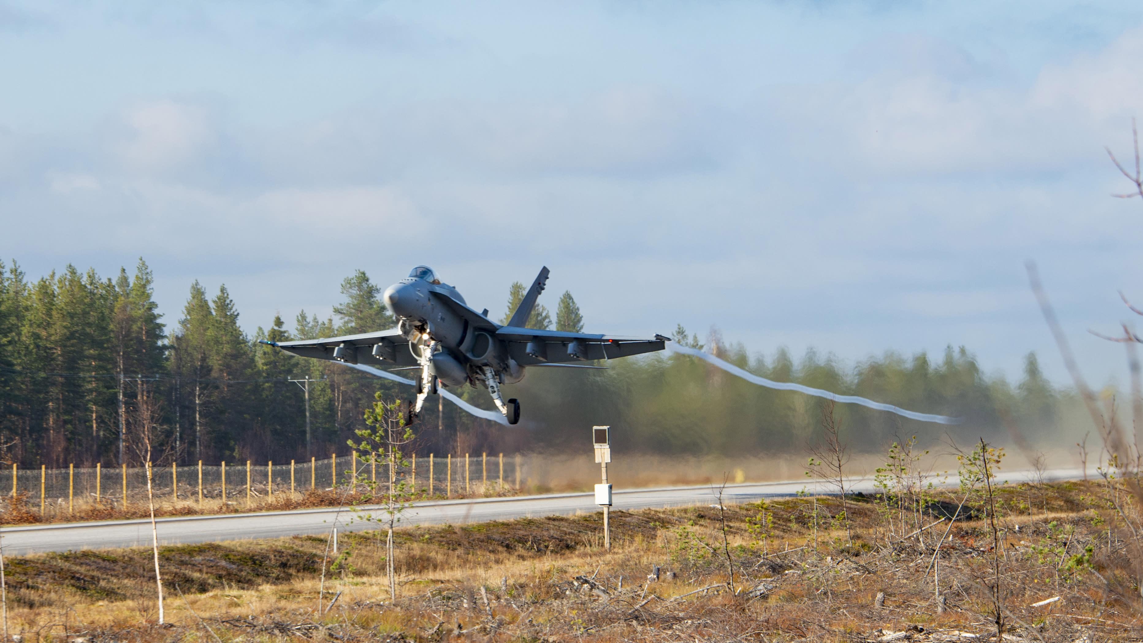 Lapin lennoston F/A-18 Hornet nousee ilmaan Norvajärven varalaskupaikalta