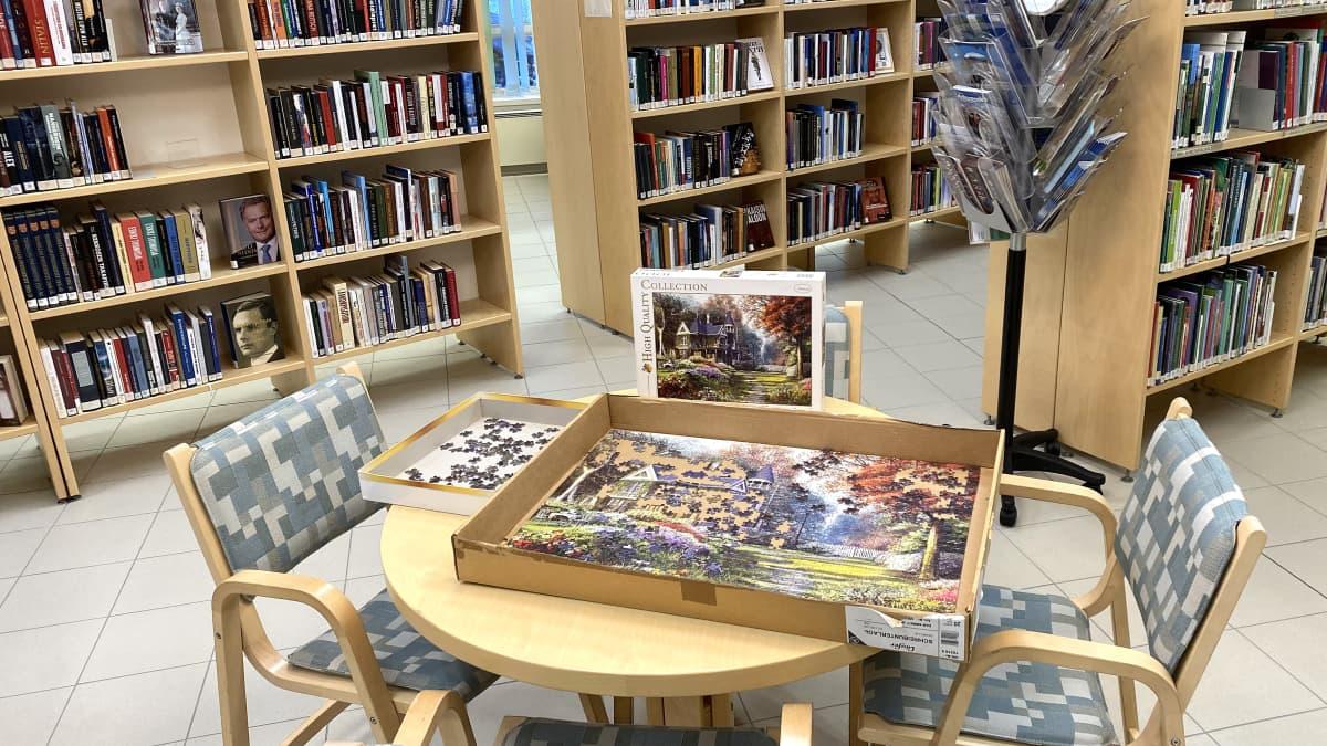 Kuvassa Lohtajan kirjaston palapeli yleisölle