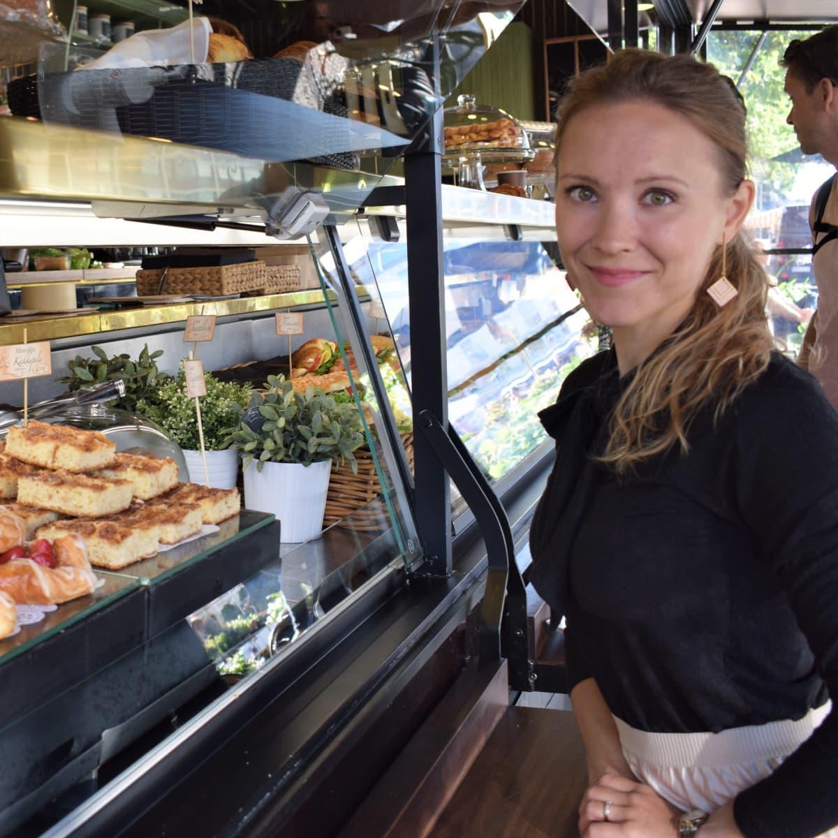 Tuoksutohtori Kaisa Sandell ostamassa tuoksuvaa mansikkaviineriä
