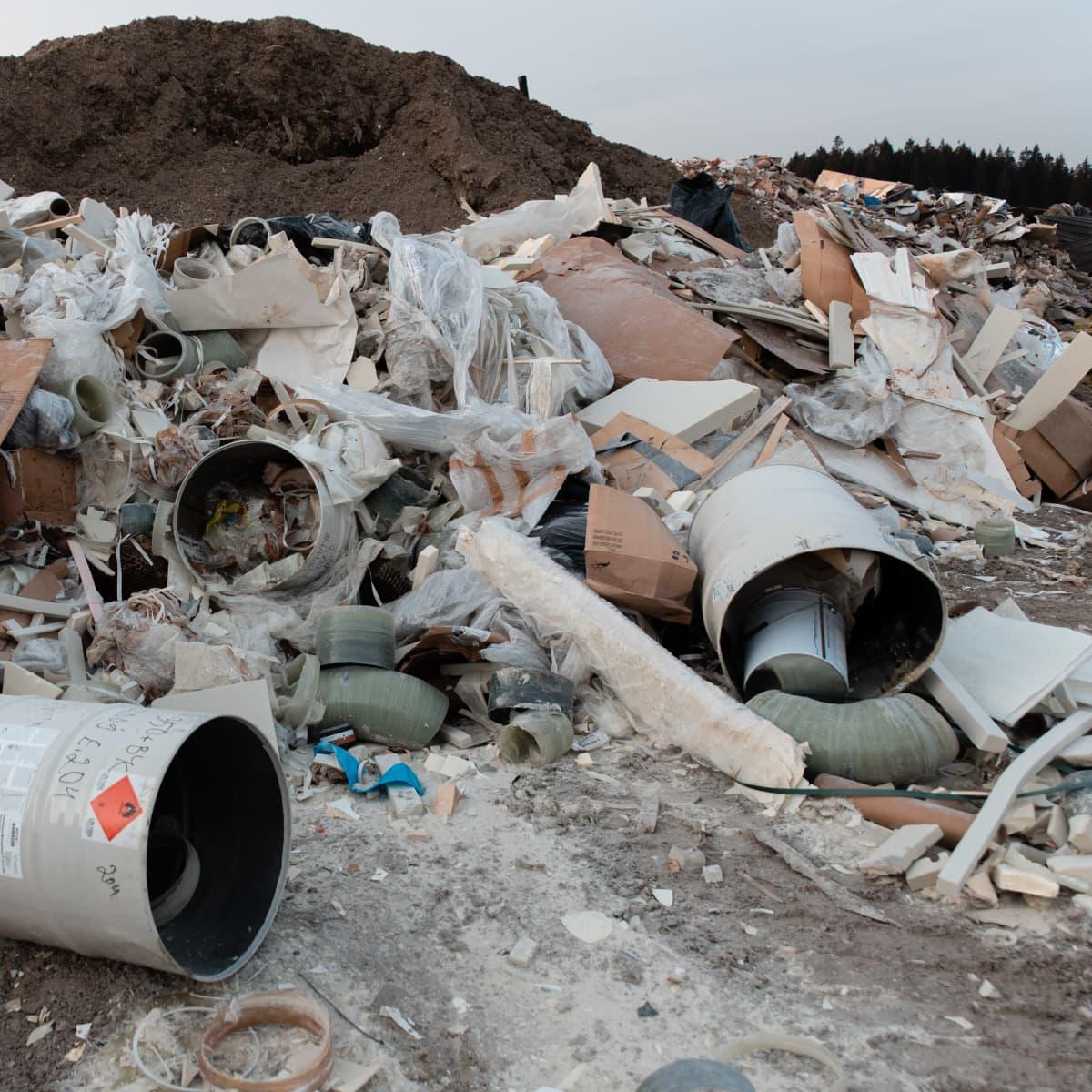 Rakennusjätettä Kukkuroinmäen jätekeskuksessa.