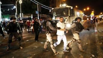Poliisitt pidättävät mielenosoittajia jerusalemissa.