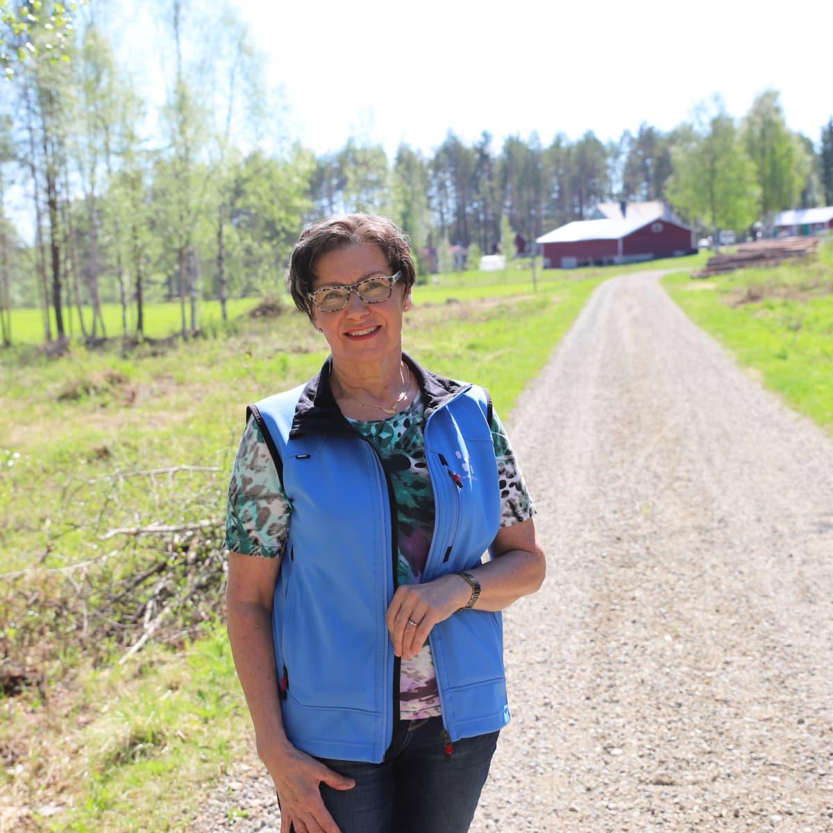 Helena Kreivi kotitiellään Ylitornion Vuennonkoskella.