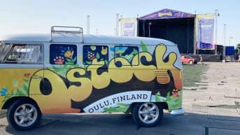 Oululaisen Qstock -festivaalin päälava ja festarien kleinbus.