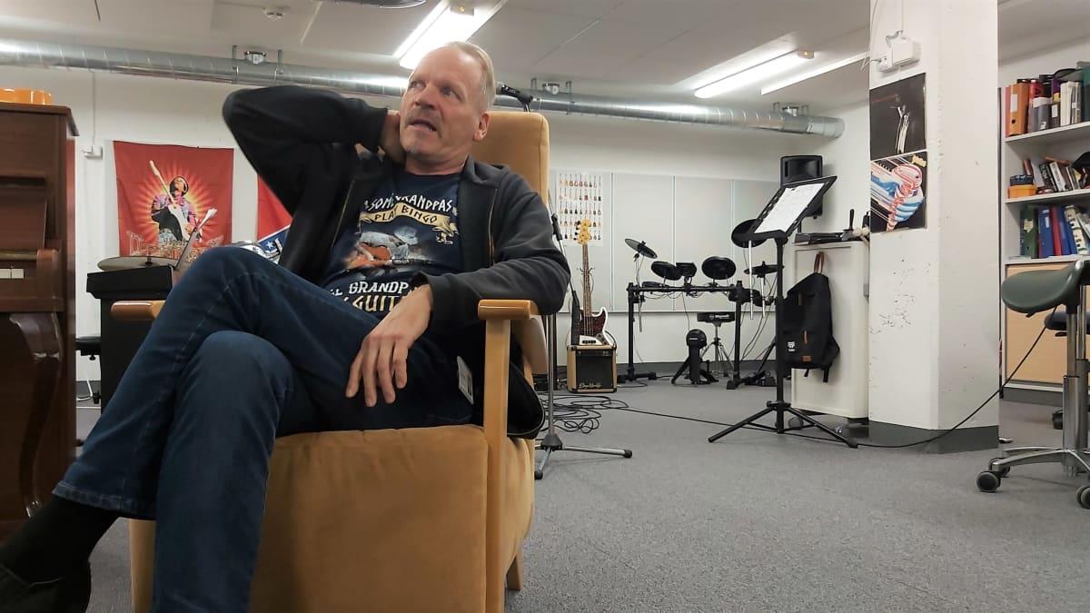 Ari Ollikainen istuu työhuoneessaan soittimien keskellä ja kertoo työnantajansa palkkarästeistä