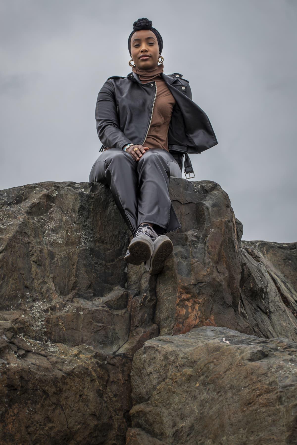 Fardowsa Mohamud istuu kallioilla Itä-Helsingissä.