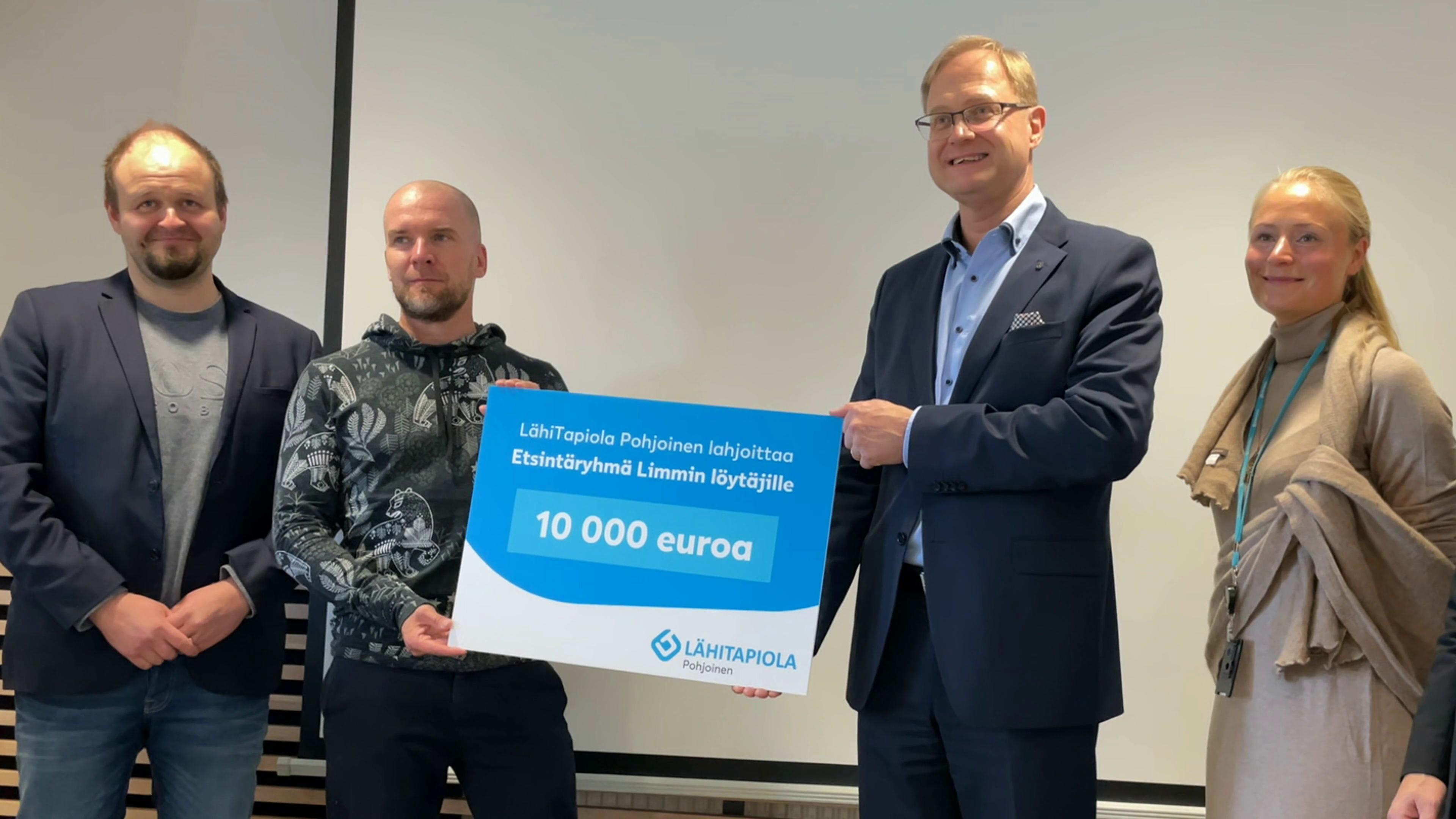 Toimitusjohtaja Veli Rajakangas luovuttaa 10 000 euron lahjakortin Limmin löytäjille