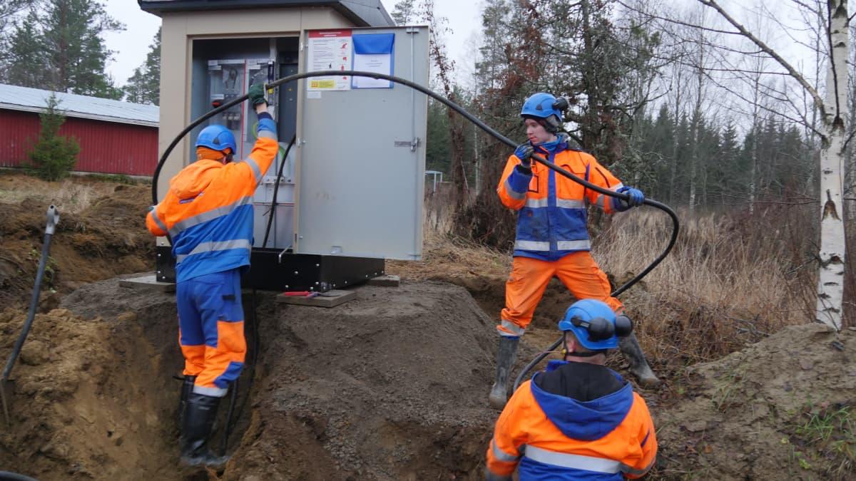 Parikkalan Valo Oy:n asentajat muuntajatyömaalla.
