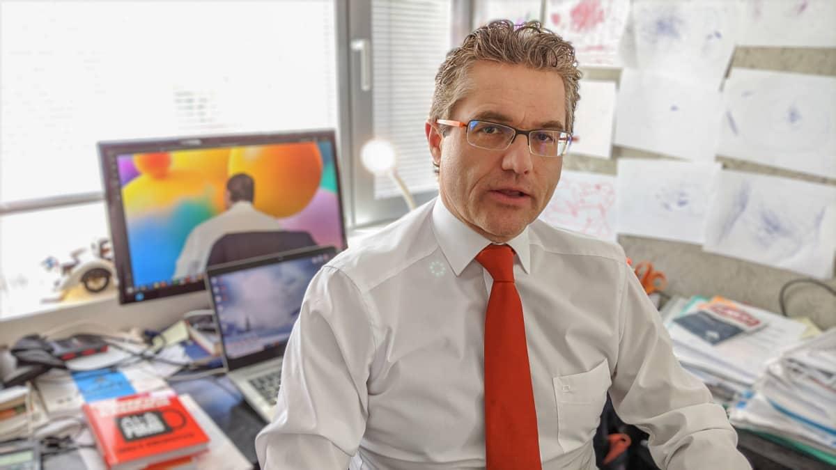 Mika Rubanovitsch on tietokirjailija, yritysvalmentaja ja liikkeenjohdon konsultti.