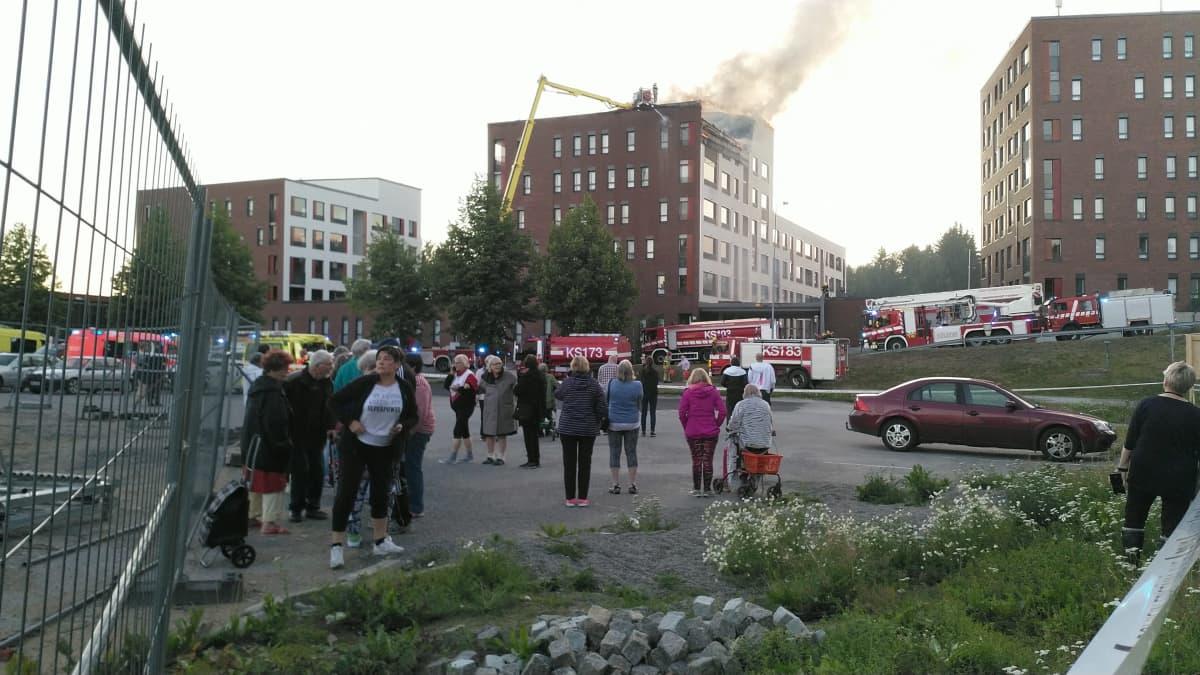 Jyväskylän Palokkaassa palaa kattohuoneisto.