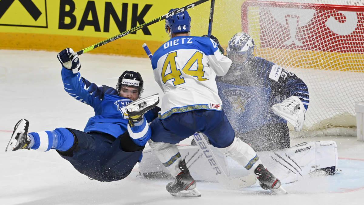 Jere Innala ja Kazakstanin Darren Dietz kamppailemassa Harri Säterin vartioiman maalin edessä.