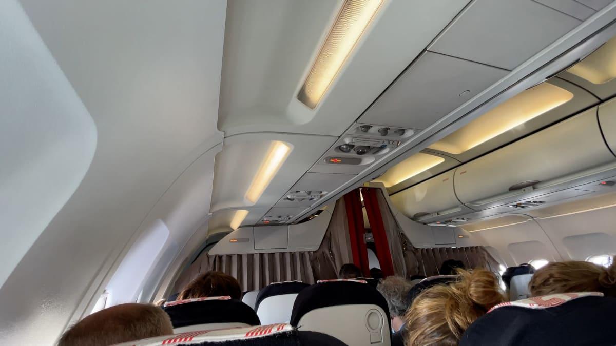 Lentokoneen matkustamo.