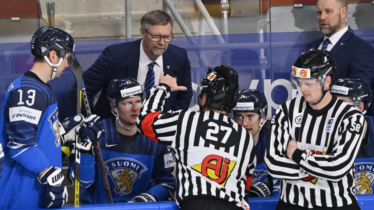Jukka Jalonen käy tiukkaa neuvottelua tuomareiden kanssa.