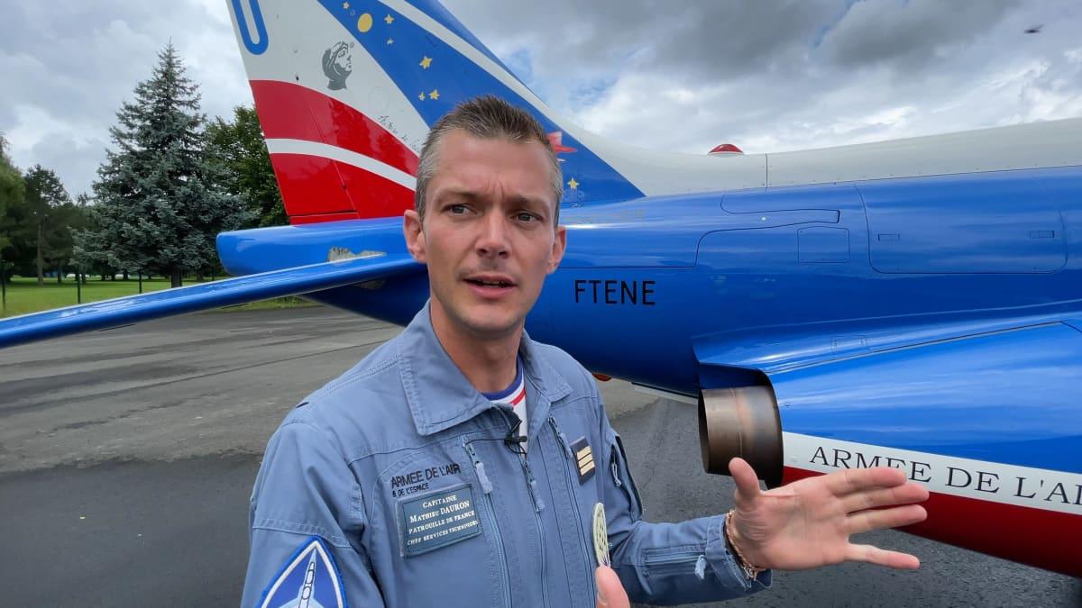 """Päämekaanikko Mathieu Dauron kertoo, että mekaanikkojen tehtävänä on laittaa koneet alle sentin tarkkuudella suoraan riviin lentokentällä. """"Se on osoitus huolellisuudestamme ja sotilaallisesta kurista""""."""