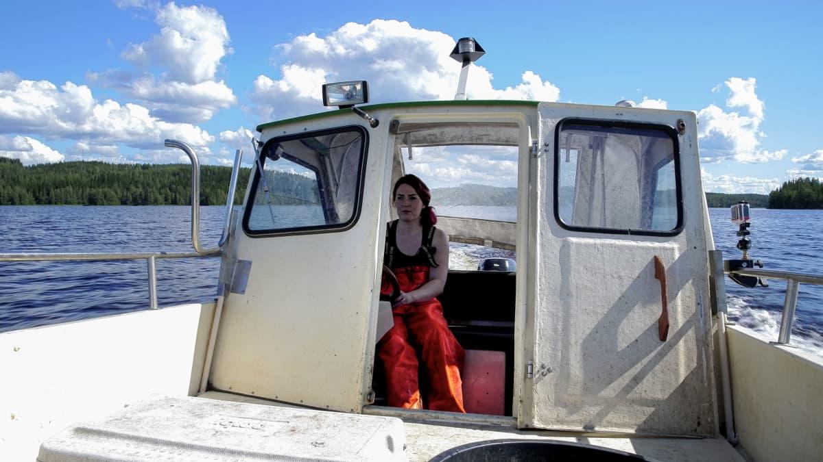 Johanna Halonen ajaa venettä