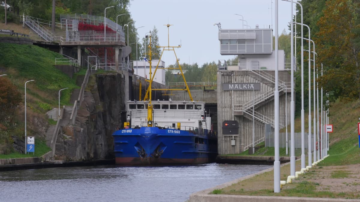 Venäläinen rahtilaiva Saimaan kanavalla Mälkiän sululla.