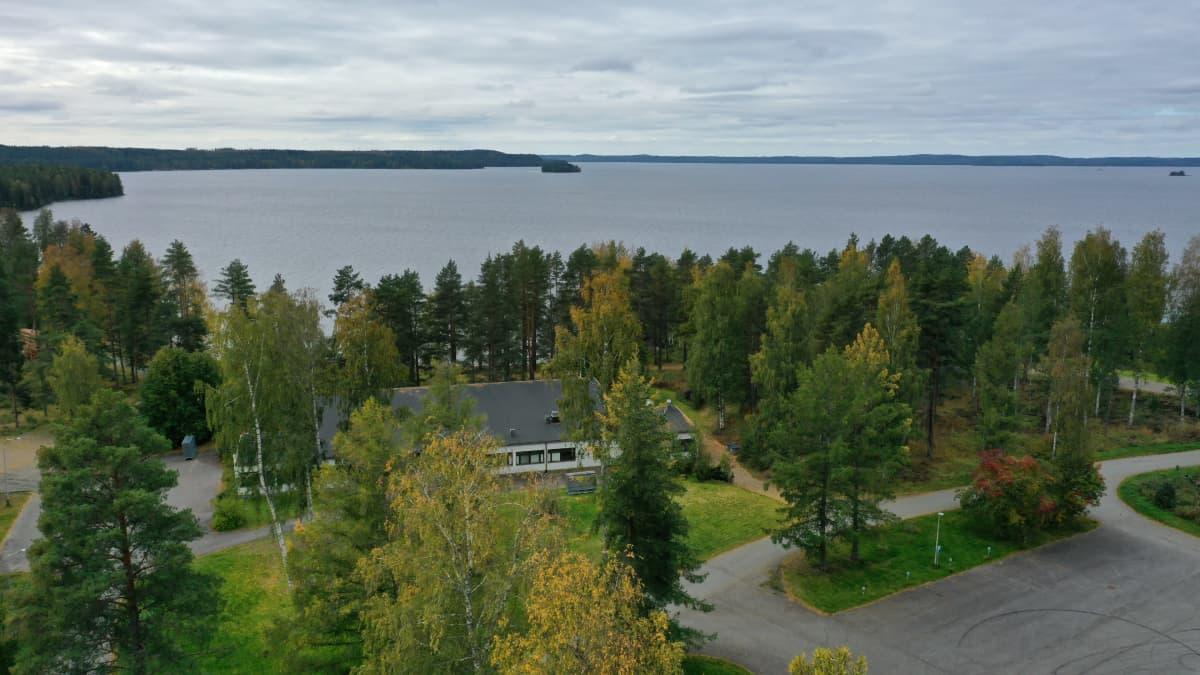 Ilmakuva Kontiorannasta, etualalla purkua odottava sotilaskoti, taustalla Höytiäinen.