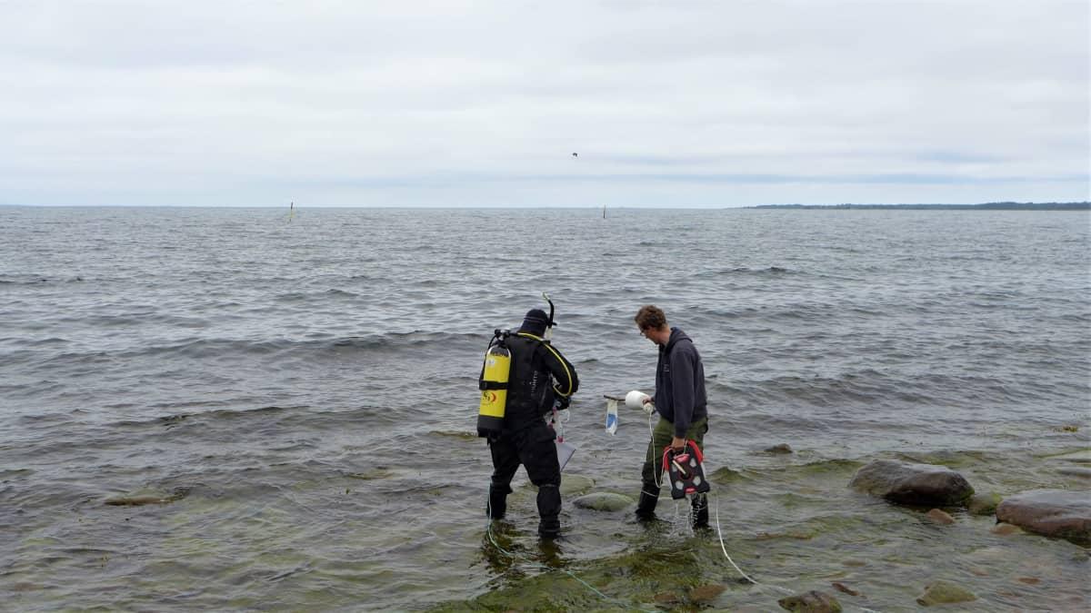 Sukeltaja ja avustaja Eckerön rannalla