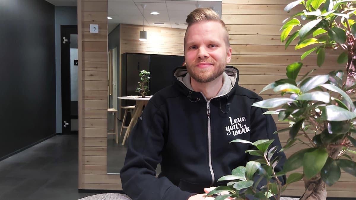 Markkinoinnin parissa työskentelevä Jussi Reponen järjestää Visman pikkujouluja.
