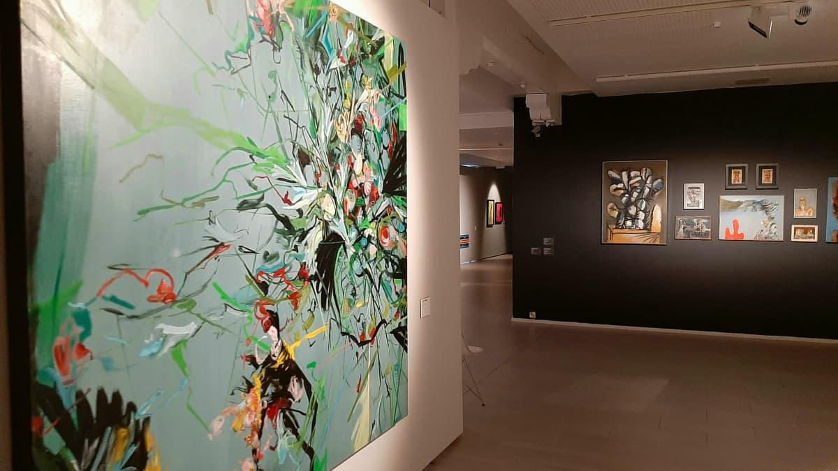 Taitelija Jukka Rusasen teos ja taustalla oikealla seinällä Kauko Lehtisen teoksia 1960-luvulta Kuntsin modernin taiteen museossa Vaasassa.