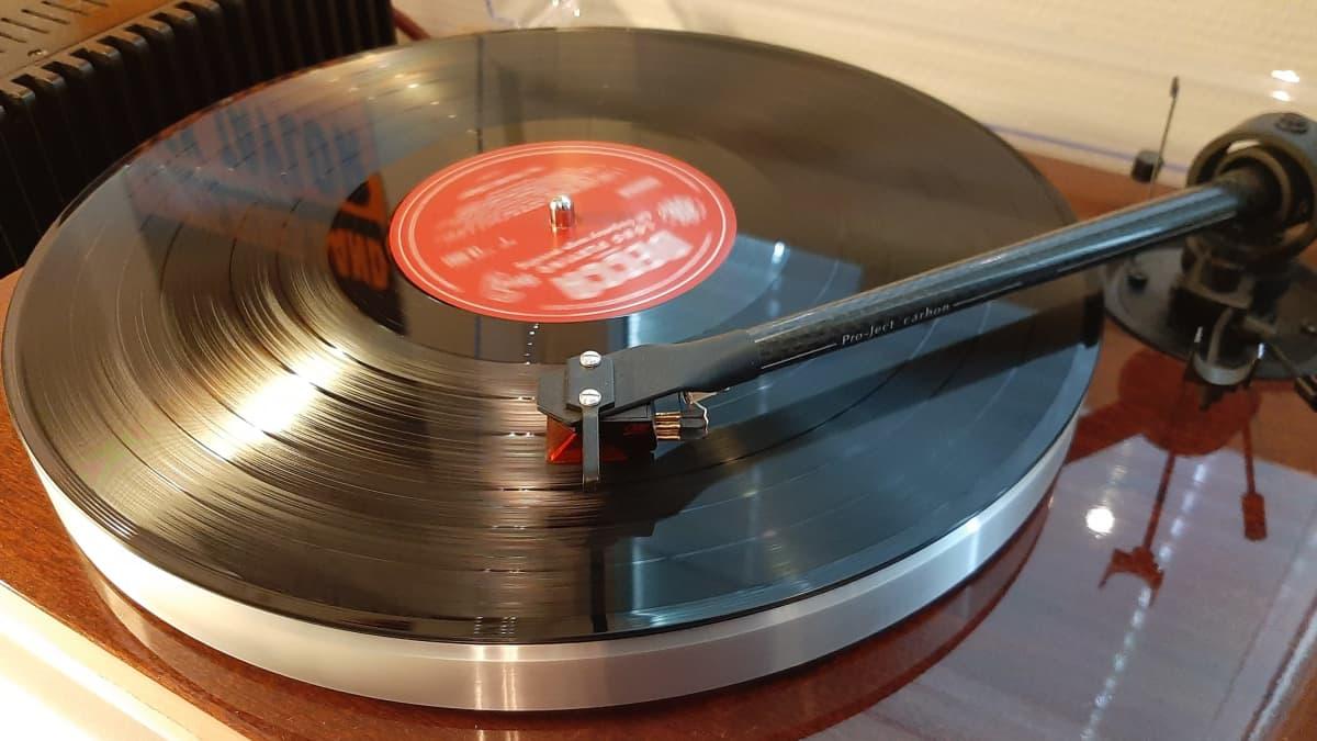 Rolling Stones -yhtyeen Decca-levymerkille tekemä vinyyliäänite levysoittimessa.