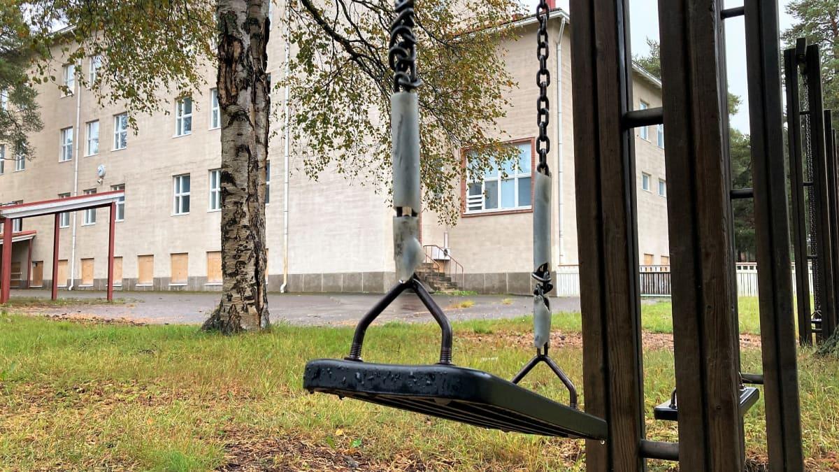 Keinuja Haukiputaan vanhan kivikoulun pihalla 13.9.2021