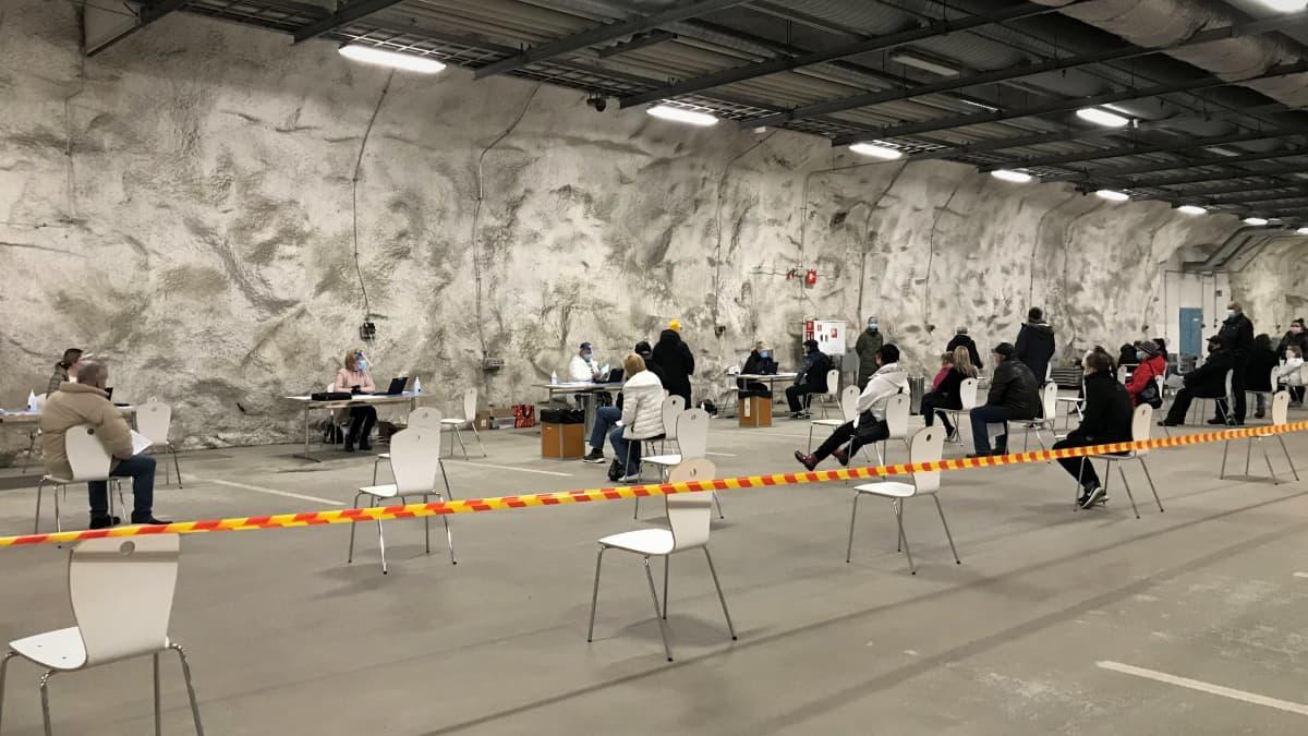 Koronaseulonta pikatestein Turun Varissuon jäähallissa.