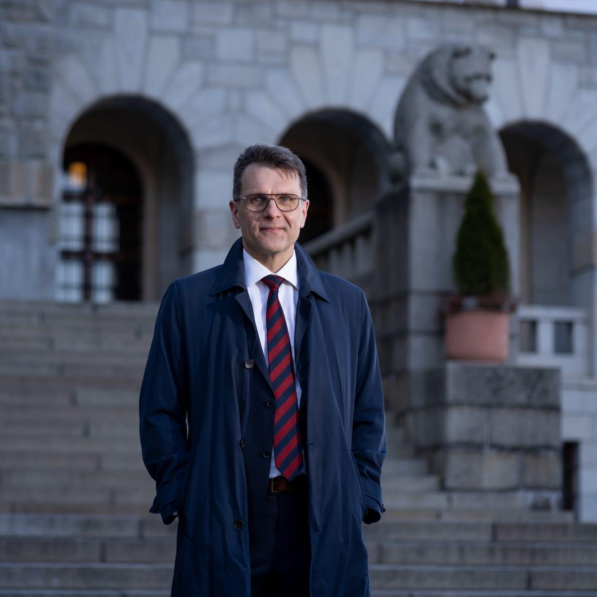 Suomen museoliiton pääsihteeri Kimmo Levä kuvattuna Suomen kansallismuseon edessä, Helsinki, 16.4.2021.