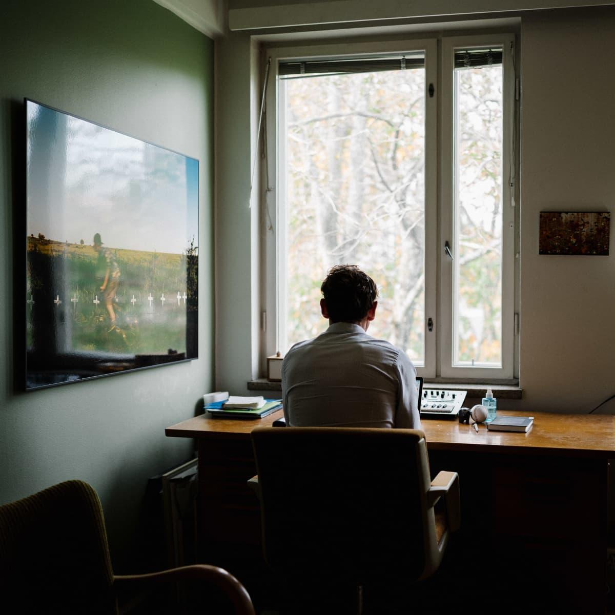 Kirjailija Juha Itkonen työhuoneellaan
