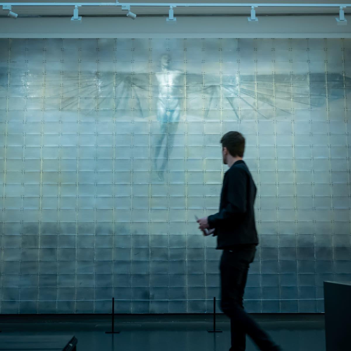 """Museovieras Ateneumin taidemuseon """"Inspiraatio - nykytaide & klassikot"""" näyttelyssä, Helsinki, 4.8.2020."""