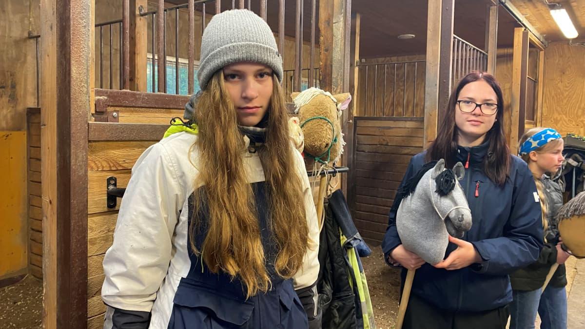 Noora Pöyry ja Anna Tikka Kaviohaan tallilla Kotkassa.