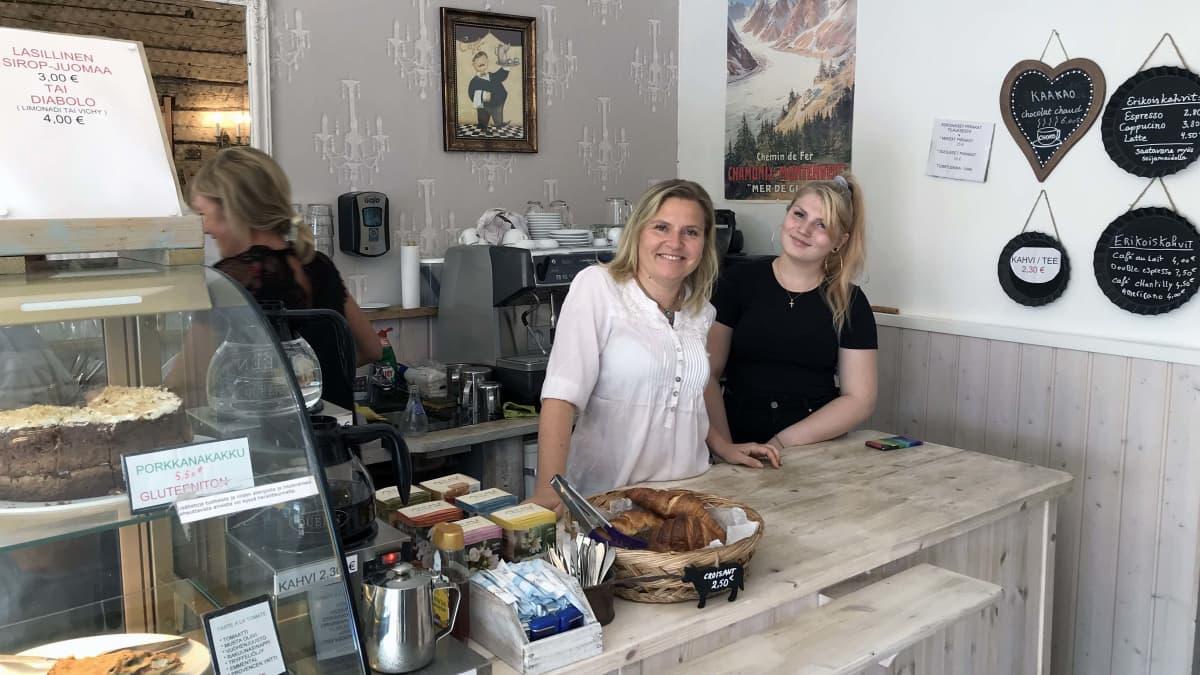 Ranskalaisen kahvilan sisällä työntekijöitä