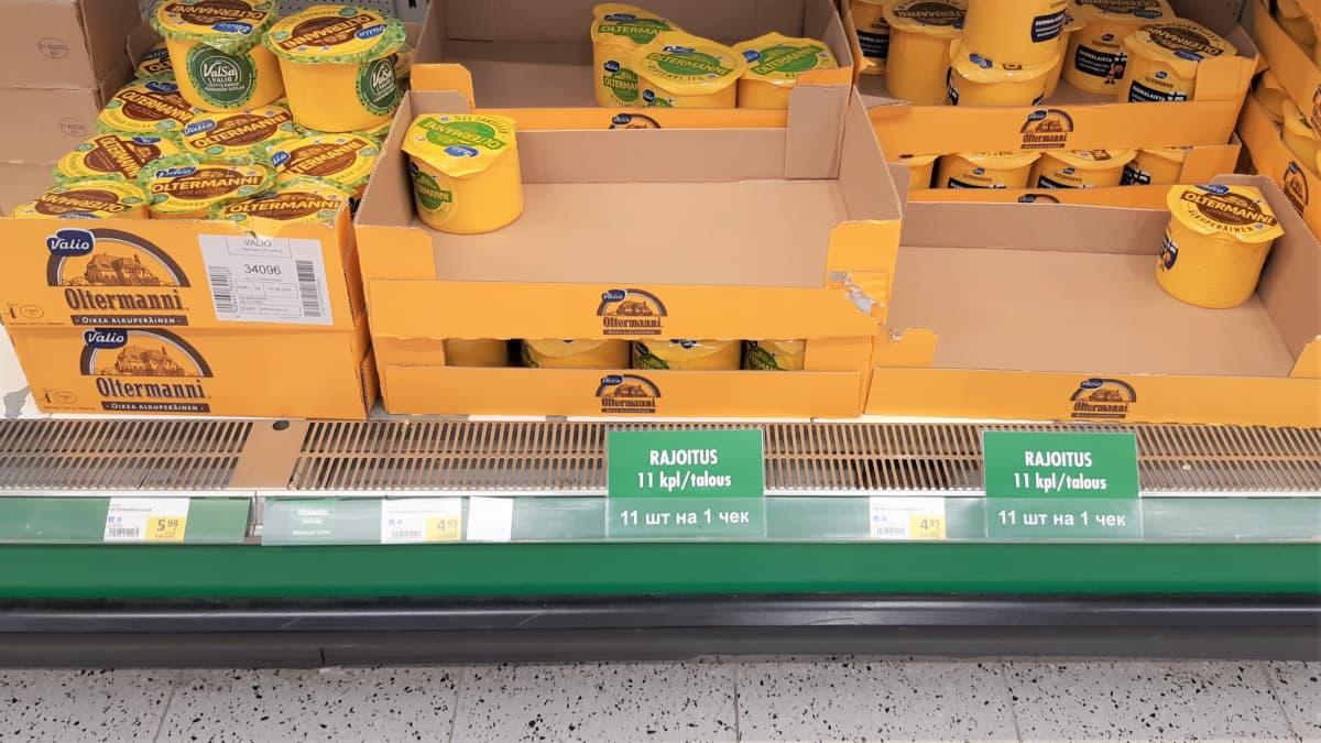 Juustohyllyn reunalla on kyltti, joka rajoittaa myynnin 11 juustokimpaleeseen per talous.
