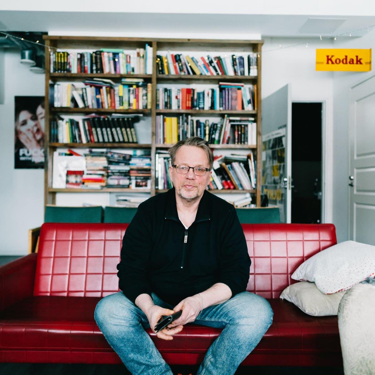 elokuvaohjaaja Veikko Aaltonen istuu sohvalla