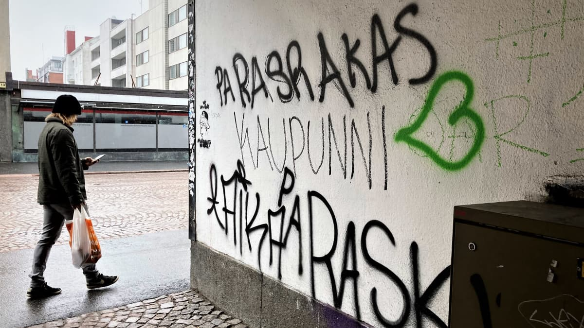 Oulun Valkealinnan talon seinässä oleva paskakaupunni graffiti.