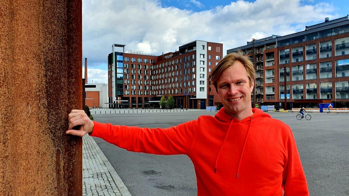 Kuvassa näkyy oranssihupparinen Ralliradion asiantuntija Jari Keromaa taustallaan Lutakon korkeita kerrostaloja ja Hotelli Paviljonki.