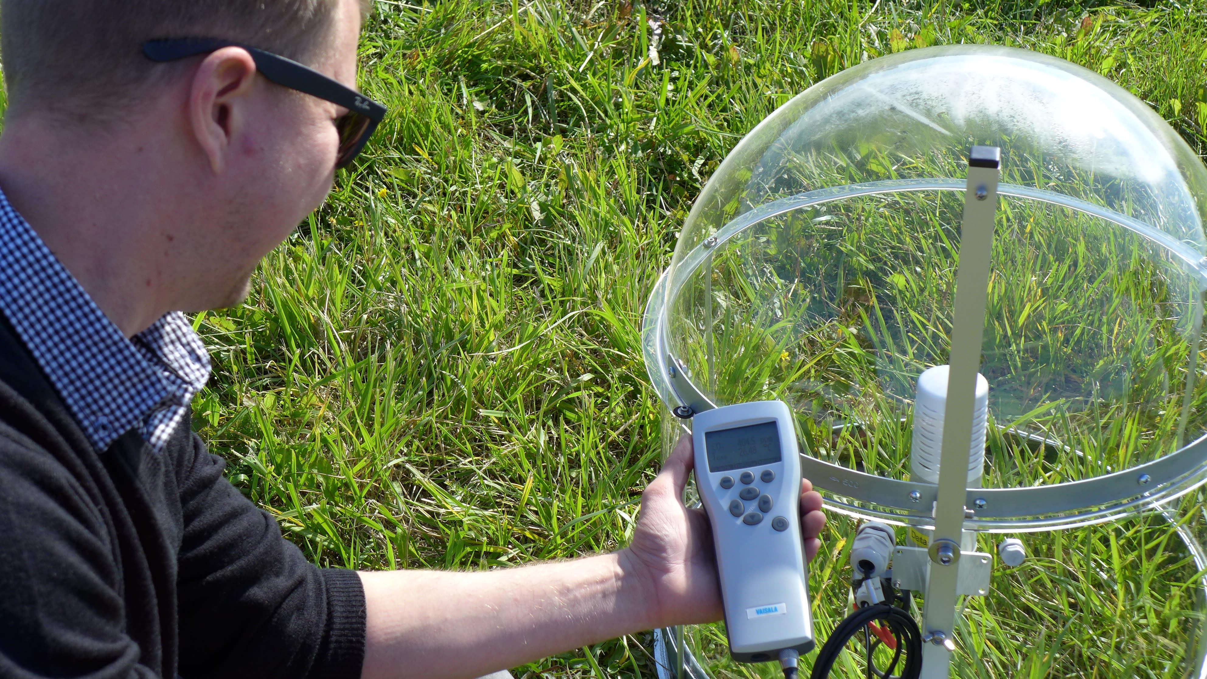 Datasense Oy:n tutkimusinsinööri Jiri Luojukoski mitta CO2-tasoa