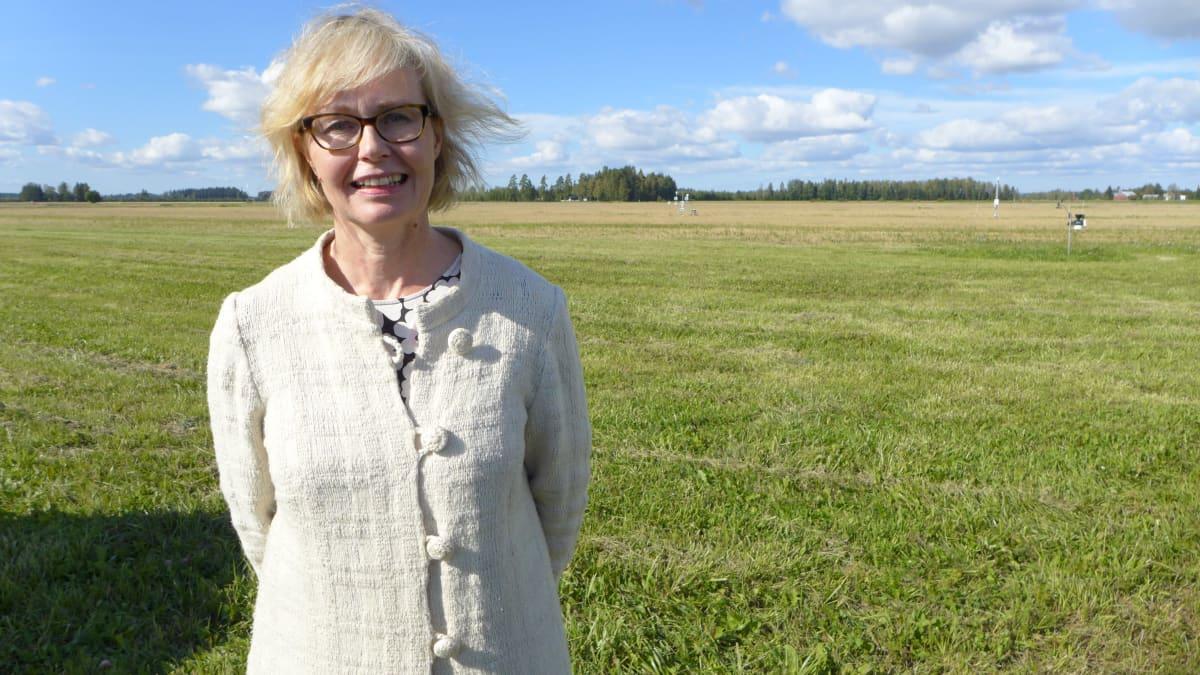 MTK:n ympäristöjohtaja Liisa Pietola pellolla