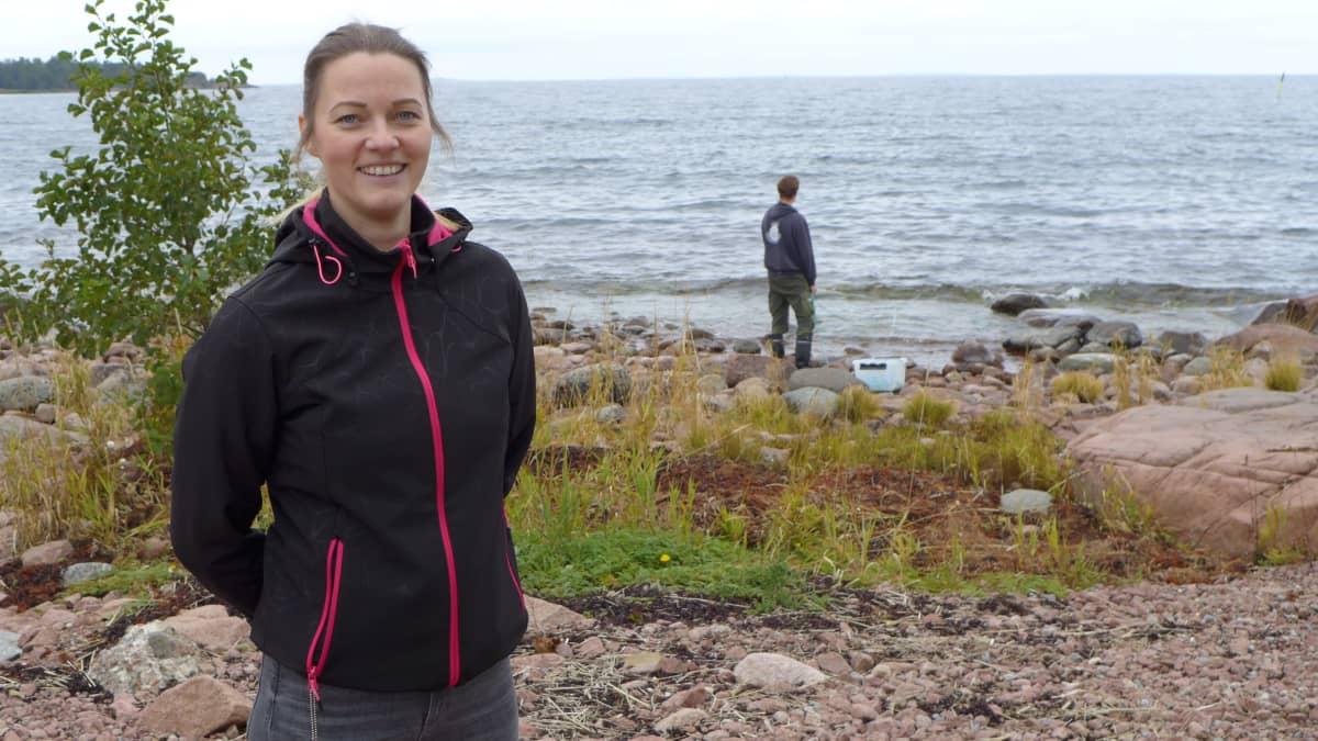 Kenttäkoordinaatto Charlotta Björklund rannalla SeaMapÅland-hanke