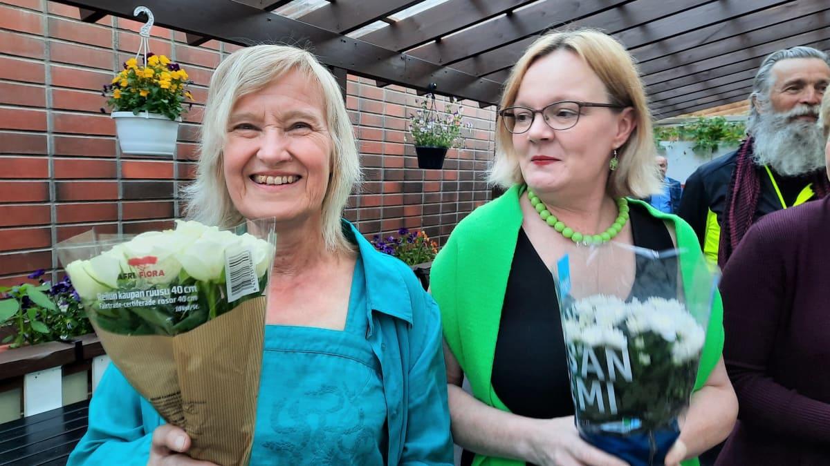 Kuvassa vihreiden vaalikuningatar Marja Estola ja Päivi Marttila