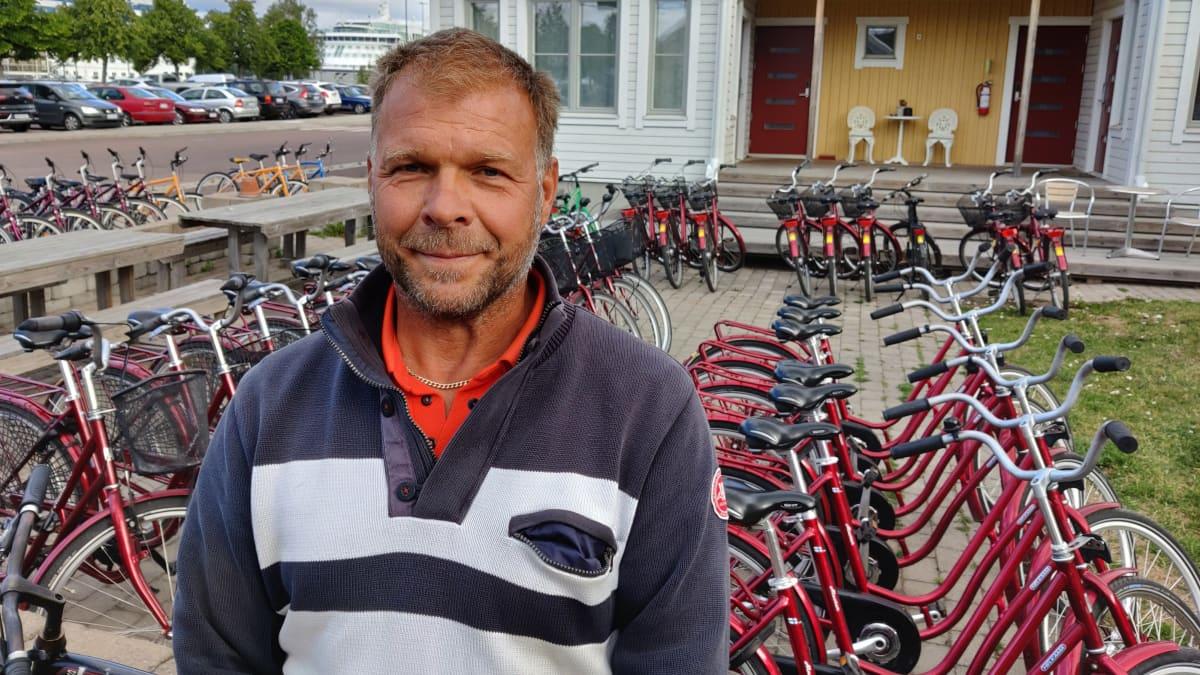 Tonu Nordlund esittelee vuokraamiaan pyöriä Maarianhaminassa.