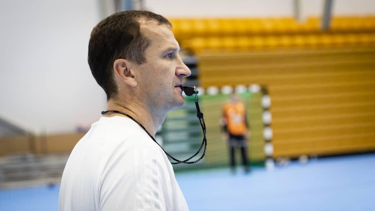 Gintaras Savukynas PLK valmentaa joukkuetta pilli suussa
