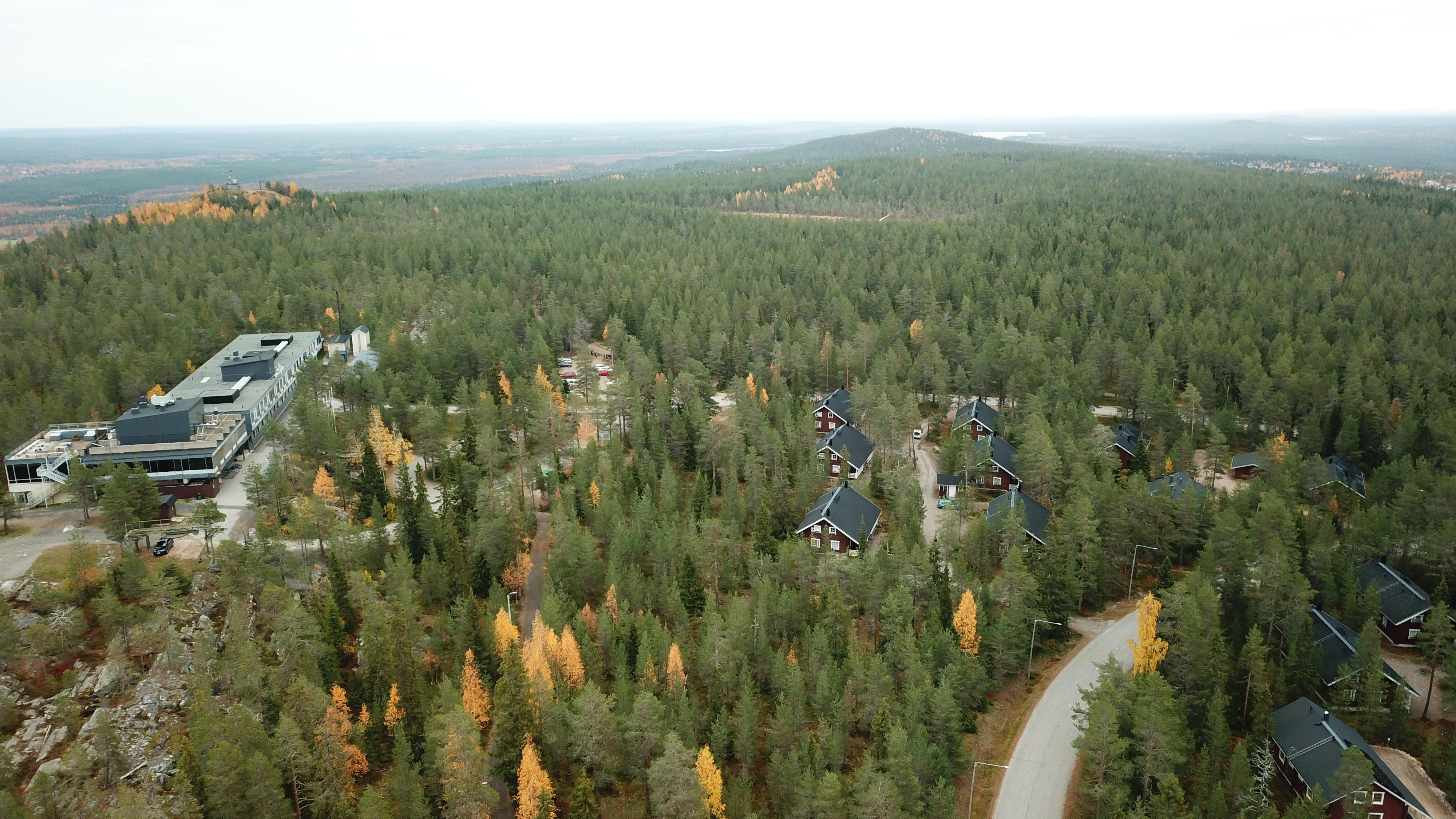 Ilmakuva Ounasvaaralta, alla näkyy metsää ja taloja