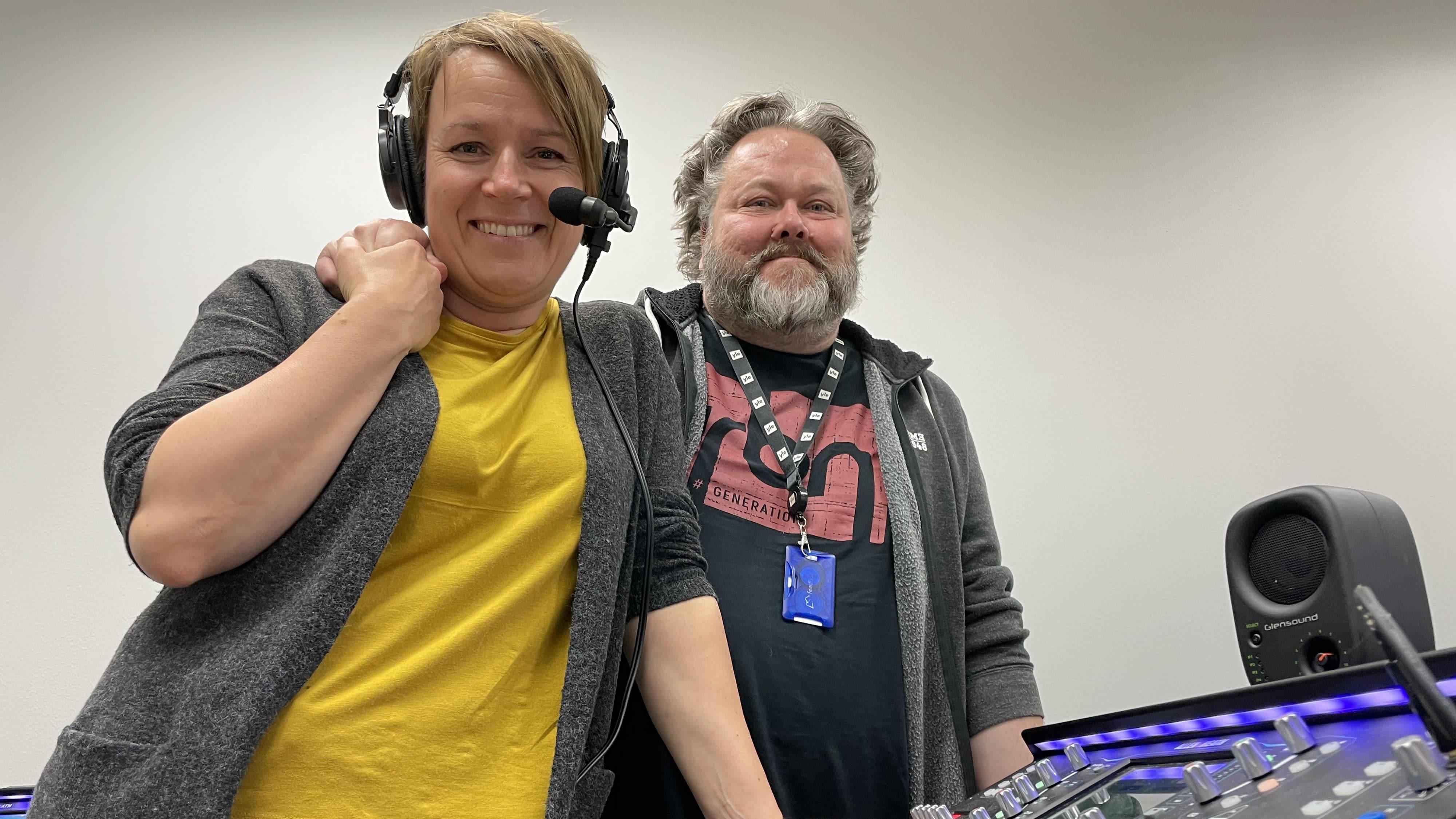 Sanna Pirkkalainen ja Jussi Lindroos valmistautuvat vuoden 2021 Ralliradioon.