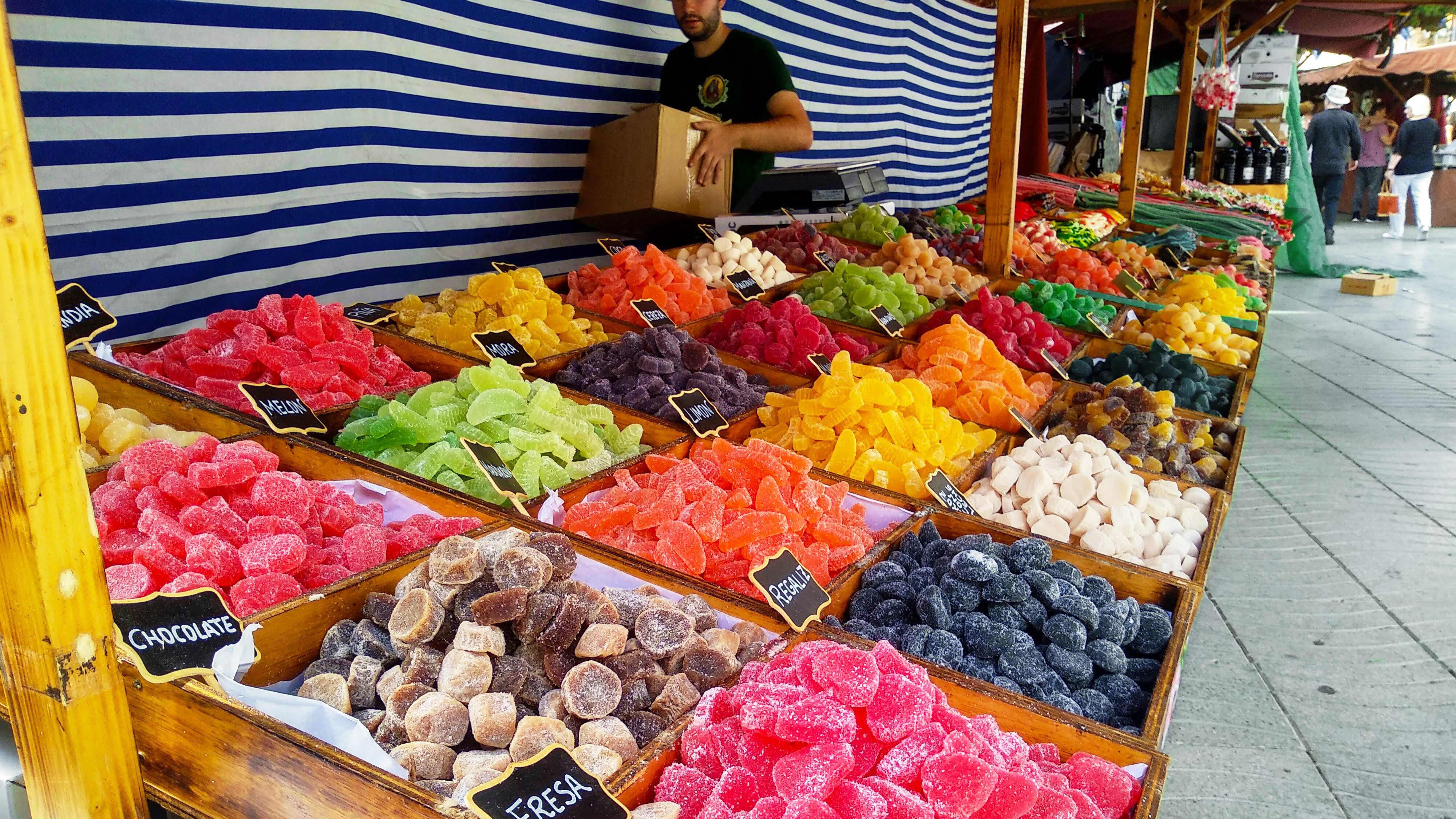 Makeisia myynnissä torilla Espanjassa.