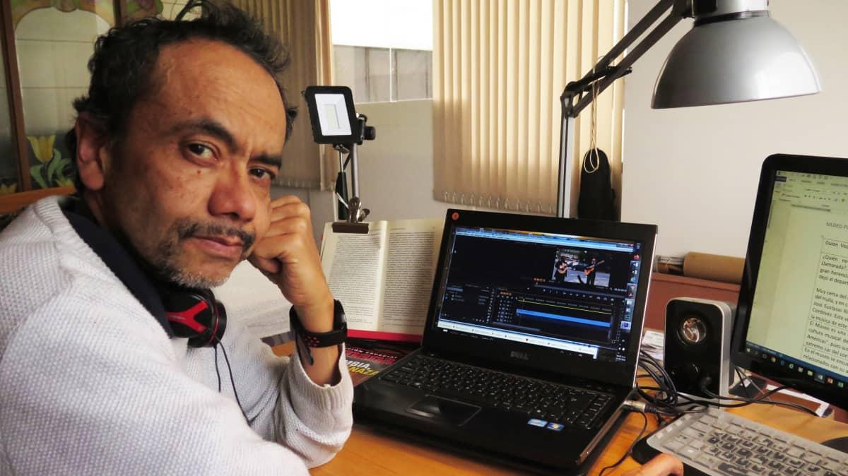 Toimittaja César Rodríguez Charry työpöytänsä ääressä